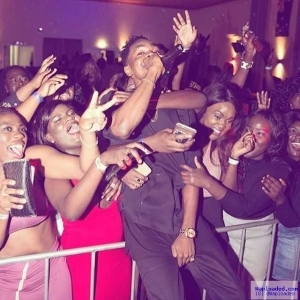Photo: Patoranking Protect His D¡ck As Female Fans Swarm Over Him In Australia